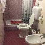 Il bagno. Dietro il WC, il sanitrit, piuttosto rumoroso