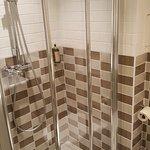 La salle de bains de la chambre 103