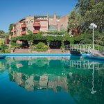 Rodeada de Naturaleza, la piscina exterior y la icónica arquitectura del Hotel Del Bosque.