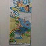 Desenho e textos feitos à mão (o que me pareceu caneta hidrocor) sobre uma lenda indígena.