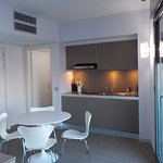 Zona cocina y mesa del apartamento