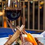 Delicioso rack de cordero con un rico vino tinto
