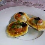 3 Zeeuwse oesters gegratineerd in champagne, op zalf van spruit, en afgewerkt met Sevruga kaviaa
