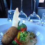 """Le crabe à chair blanche en croquette... servi avec une sauce """"de thaï""""."""