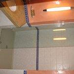 altes Bad, sauber und barrierefreie Dusche