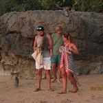 а вот и обезьянки в конце пляжа . которые охотно позируют за еду