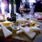 Plateau de fromages et chianti