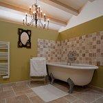 """Die Suite """"Blanche de Peyssac"""" verfügt über eine italienische Dusche und eine Badewanne"""