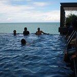 Hotel Aston Balikpapan terletak di tepi pantai dan kolam renangnya berhadapan ke laut, very amaz