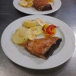 Trancio di salmone con patate al forno e verdure.