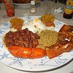 Típico Montañés: chorizo, frijoles, patacones, chicharron de cerdo, arroz y huevo frito