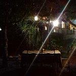 Jardim do hostel pela noite