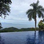 Esta en el area de la piscina, con una vista impresionante, es una piscina demasiado linda. Exce
