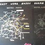 Pizarra donde exponer tus comentarios con tiza y un mapa del metro