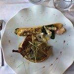 Pigeon et foie gras poêlé et légumes, courgettes farcie de gratin de pomme de terre et tubereuse
