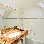 Salle de bain avec meuble vasque et second meuble en vis à vis, pratique!