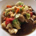 Tofu mit Gemüse in dunkler Sosse
