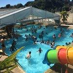 piscine couverte chauffée et toboggans aquatiques