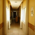 Pasillo con habitaciones, personal de limpieza
