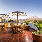 La terraza con una espectacular vista a los tres volcanes tutelares