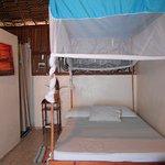 Moustiquaire et ventilateur dans les chambres et armoire pour ranger son linges