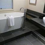 Tolles Bad mit Fenster zum Schlafzimmer in der Ecksuite