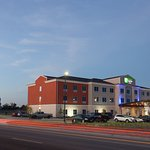 Holiday Inn Express & Suites Gatesville-North Ft. Hood hotel exterior