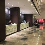 Vistas de la recepción y del lobby-bar
