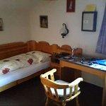 Bett zu klein und mit Fussleiste, nicht geeignet für Menschen ab 190 cm