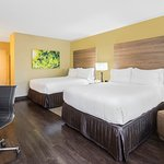 Queen Queen Standard guestroom with comfy seating
