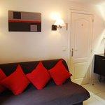Espace détente dans la chambre : écran plasma, sofa, café et thé disponibles gratuitement.