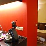 Chambre :salle de bain (douche, WC, lavabo).Café (Senseo) et thé disponibles gratuitement.