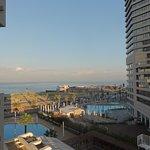 vista sul mare e sulla piscina dell'hotel (quella a sx)