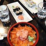 chirashi saumon, maki anguille maki and califormia maki sushi