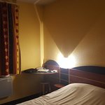 Chambre sombre et peu confortable