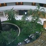 vista della sala ristorante e del giardino interno dal corridoio di ingresso alle camere