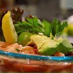 gambas en salsa con limón y aguacate,una delicia para el paladar.