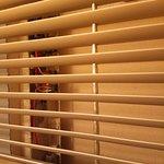 Couloir, vue sur des fils électriques