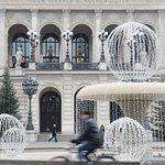 Brunnen vor der Alten Oper mit Weihnachtsdeko