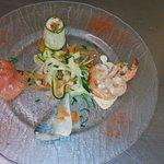 Terre et mer Saumon fumé, crevette poëlées, maquereau rôti, et julienne de légumes