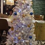 Sapin décoré à l'entrée du restaurant très sympa et acceuillant