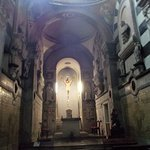 L'interno e l'altare principale