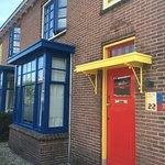 Op steenworp afstand van het museum liggen de befaamde 'papagaai'-woningen door Theo van Doesbur