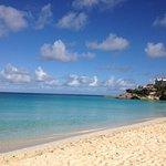 Strand mit Blick auf Hotel Malliouhana