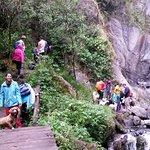 el puente que permite llegar al pie de la cascada