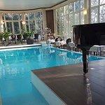 Les tables autour de la piscine