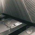 Salle - Table alu - mur bois