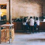 Barra para degustar vinos, raciones o platos del restaurante. Misma calidad, ambiente más inform