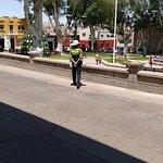La tranquilidad de la Plaza, una sola policia vigilando la plaza y el transito