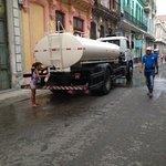 Vatten som tappas på flaska i gamla delen av Havanna.